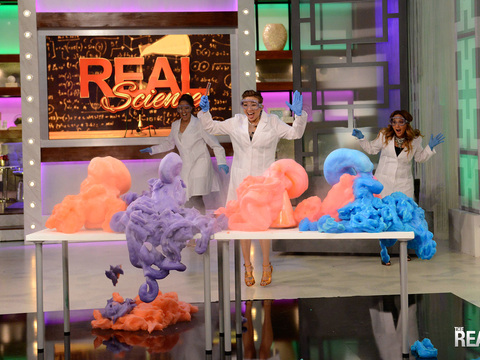 Loni & 9-Year-Old Mackenzie Do a Scientist Experiment