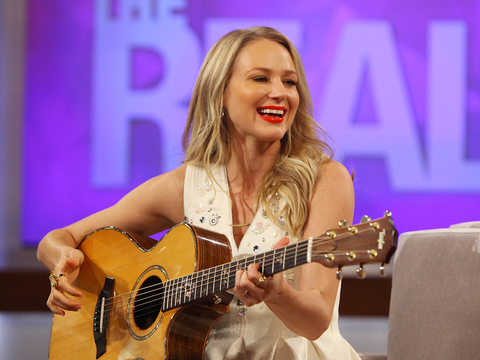 Jewel Performs New Song 'Home to Me'
