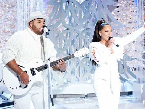 "Adrienne and Israel Houghton Perform ""The Gift"""