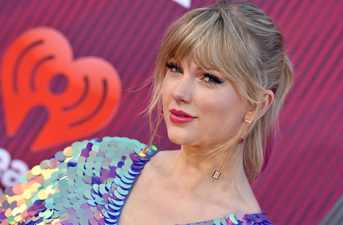 Taylor Swift Claims She Is Prohibited from Performing Her Old Songs on the AMAs