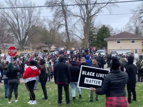 Protests Erupt in Minneapolis After Police Fatally Shoot Black Man at Traffic…
